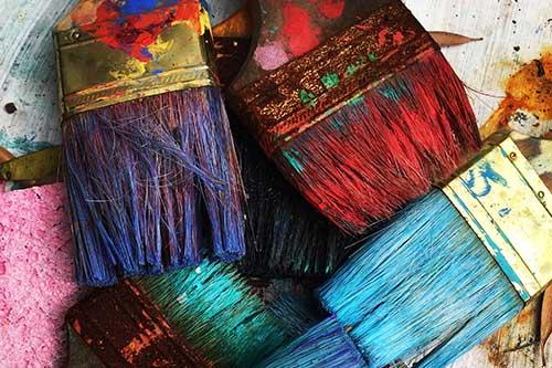Breite Pinsel voller Farbe